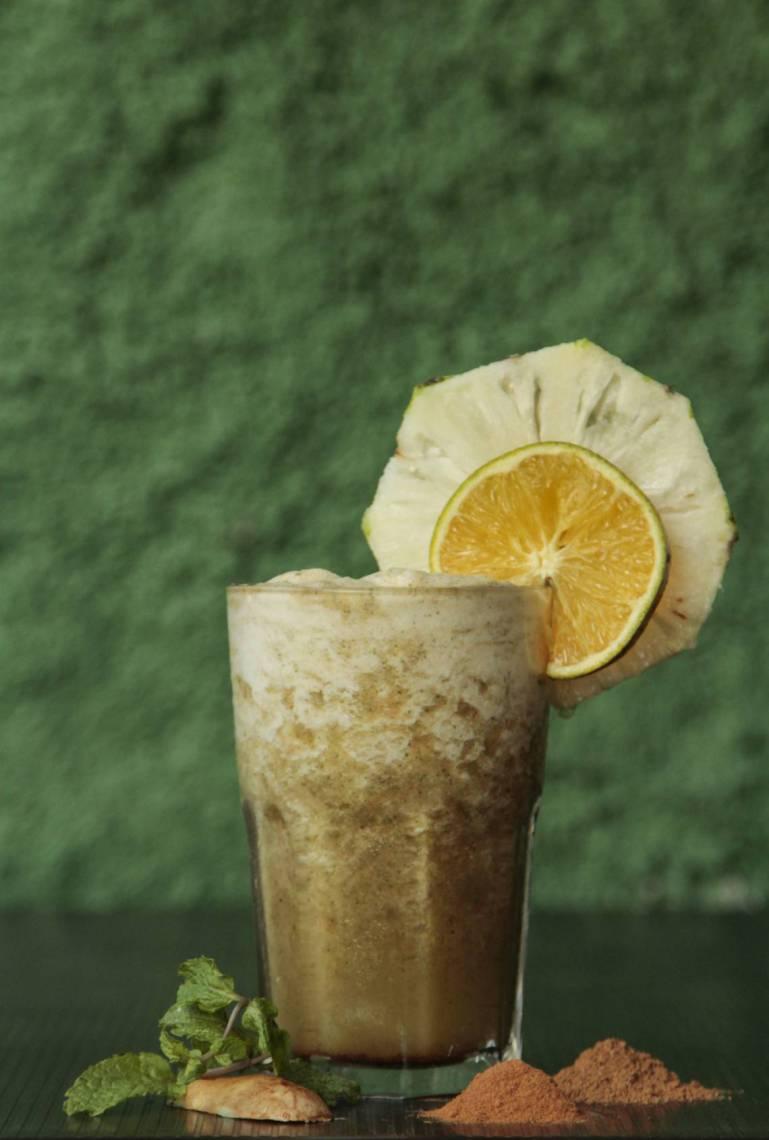 Suco Diurético é composto por laranja, abacaxi, pó de guaraná, gengibre, hortelã, canela em pó e essência de baunilha.
