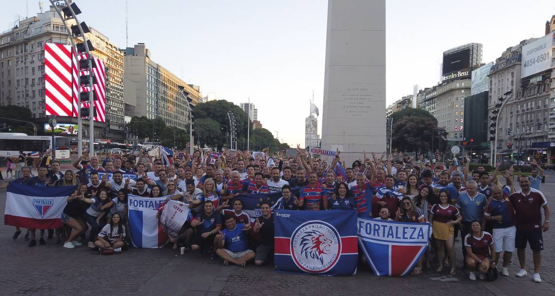 TORCIDA tricolor se reuniu em frente ao Obelisco, na Praça da República, na capital argentina, um dia antes do jogo contra o Independiente