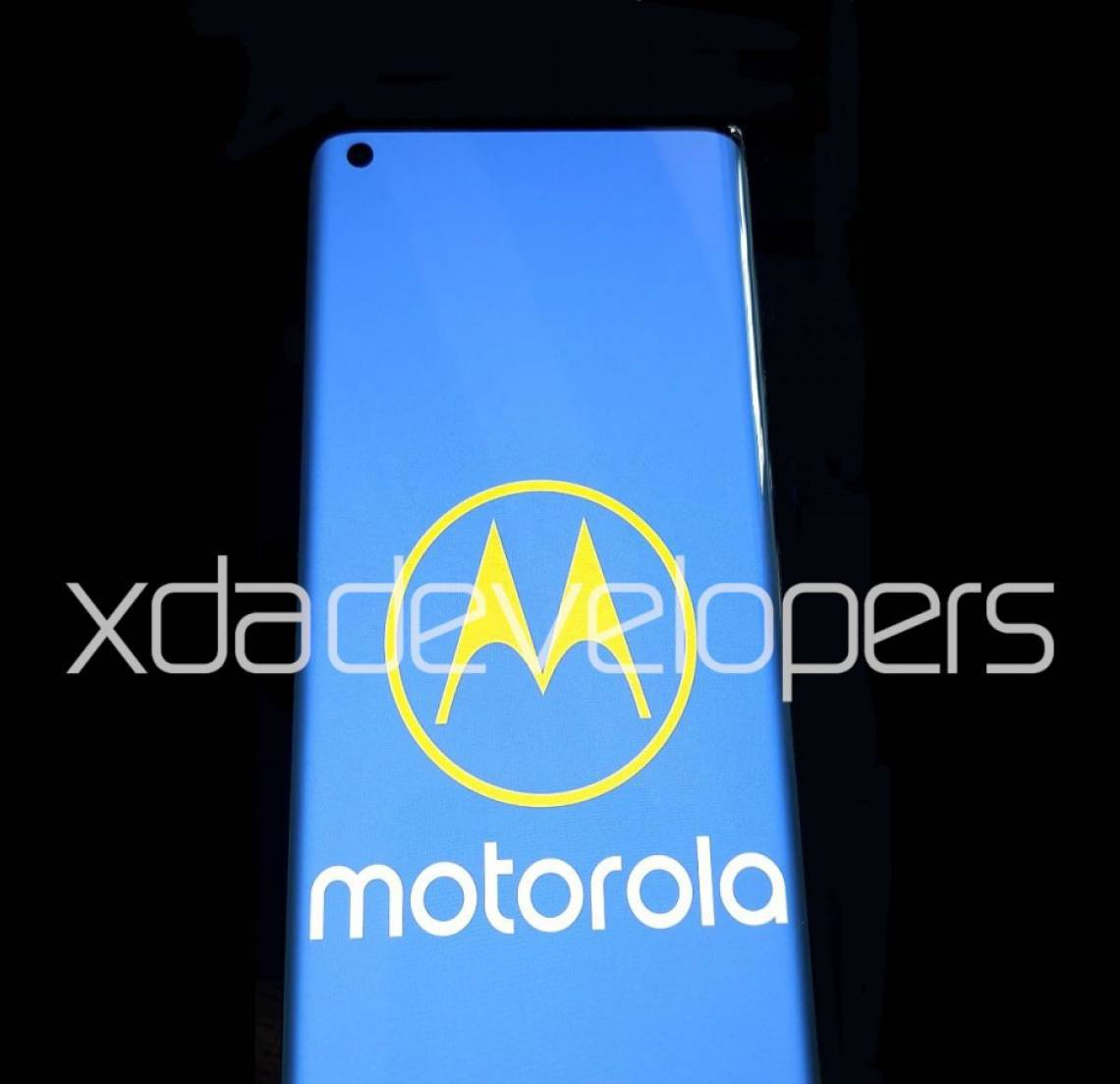 Celular vazado em fotos tem tela curvada com orifício para a câmera frontal; modelo será o primeiro topo de linha da Motorola desde 2008