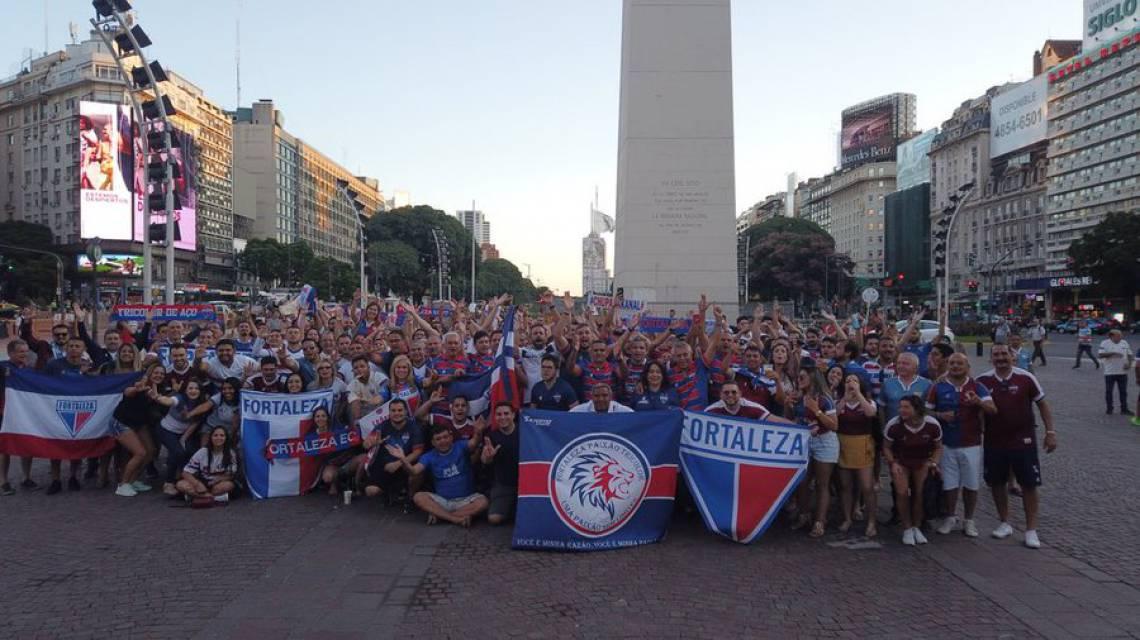 Torcida do Fortaleza reunida em frente ao Obelisco, em Buenos Aires, Argentina