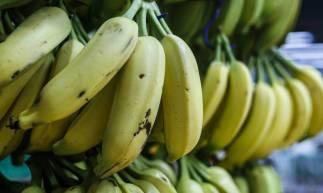 FORTALEZA, CE, BRASIL, 12-02-2020: Alteração do preço das bananas no super mercados. Na fotos consumidores selecionam a fruta e movimentação no mercado. Destaque para as bananas na estante. Praia de Iracema, Fortaleza.( BÁRBARA MOIRA/ O POVO)