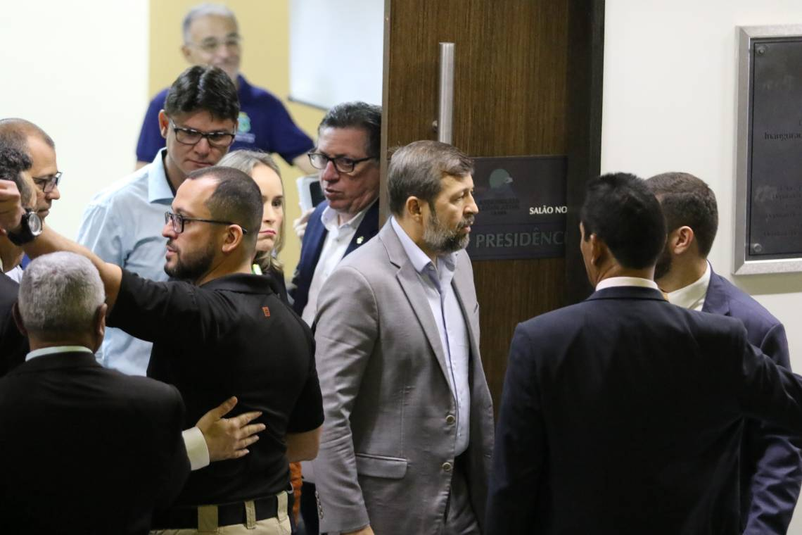 André Costa, secretario da Segurança Pública e Defesa Social, e Élcio Batista, chefe da Casa Civil, nesta manhã na Assembleia Legislativa