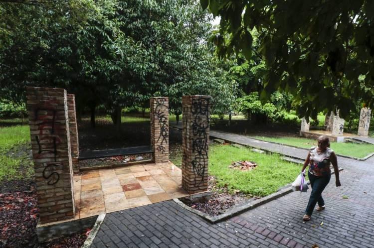 Coberta de oito abrigos do Parque Rio Branco foi retirada pela Prefeitura na quinta, 13