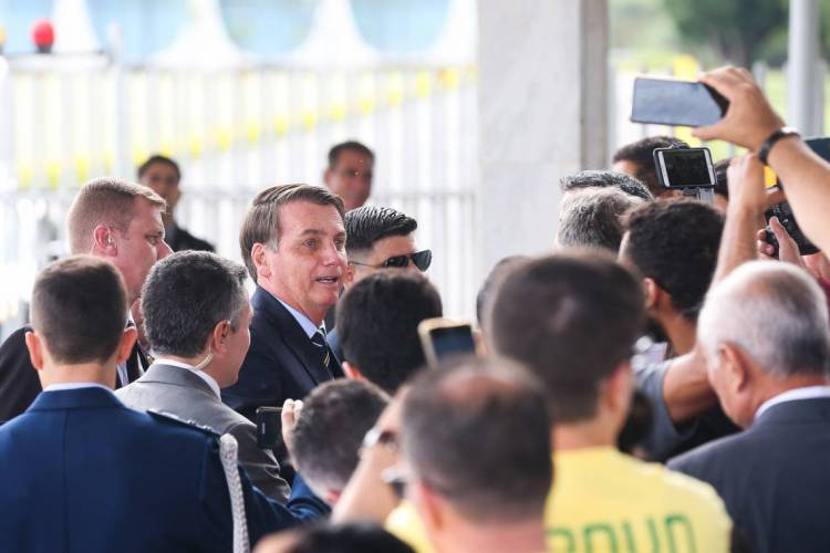 Bolsonaro costuma atender a imprensa na entrada do Palácio da Alvorada, residência oficial do presidente da República (Foto: Antonio Cruz/ Agência Brasil)