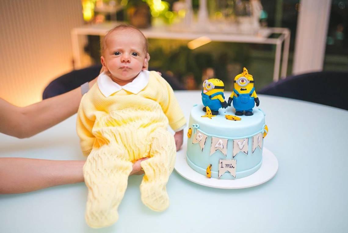 Ravi completou um ano e os pais postaram a primeira foto do bebê com os olhos abertos