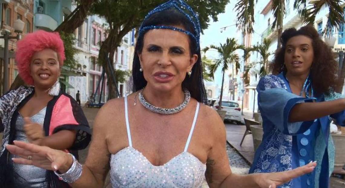 A artista canta uma versão adaptada de 'Conga La Conga'