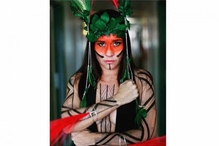 Alessandra Negrini desfila no Carnaval de São Paulo em forma de protesto contra as ações de Bolsonaro diante da população indígena