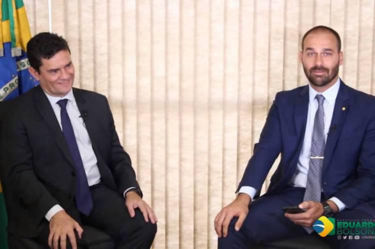 O deputado Eduardo Bolsonaro (PSL-SP) entrevista o ministro Sérgio Moro.