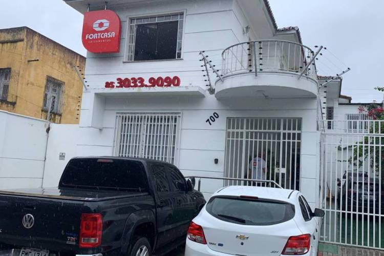 A imobiliária é localizada na avenida Dom Manuel, no Centro.