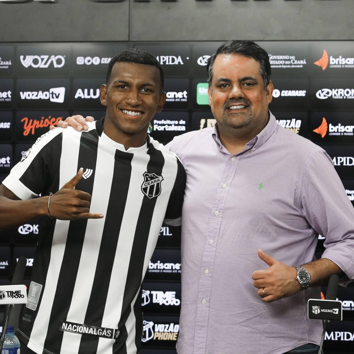 Atacante Léo Chú ao lado de Jorge Macedo, executivo de futebol do Ceará
