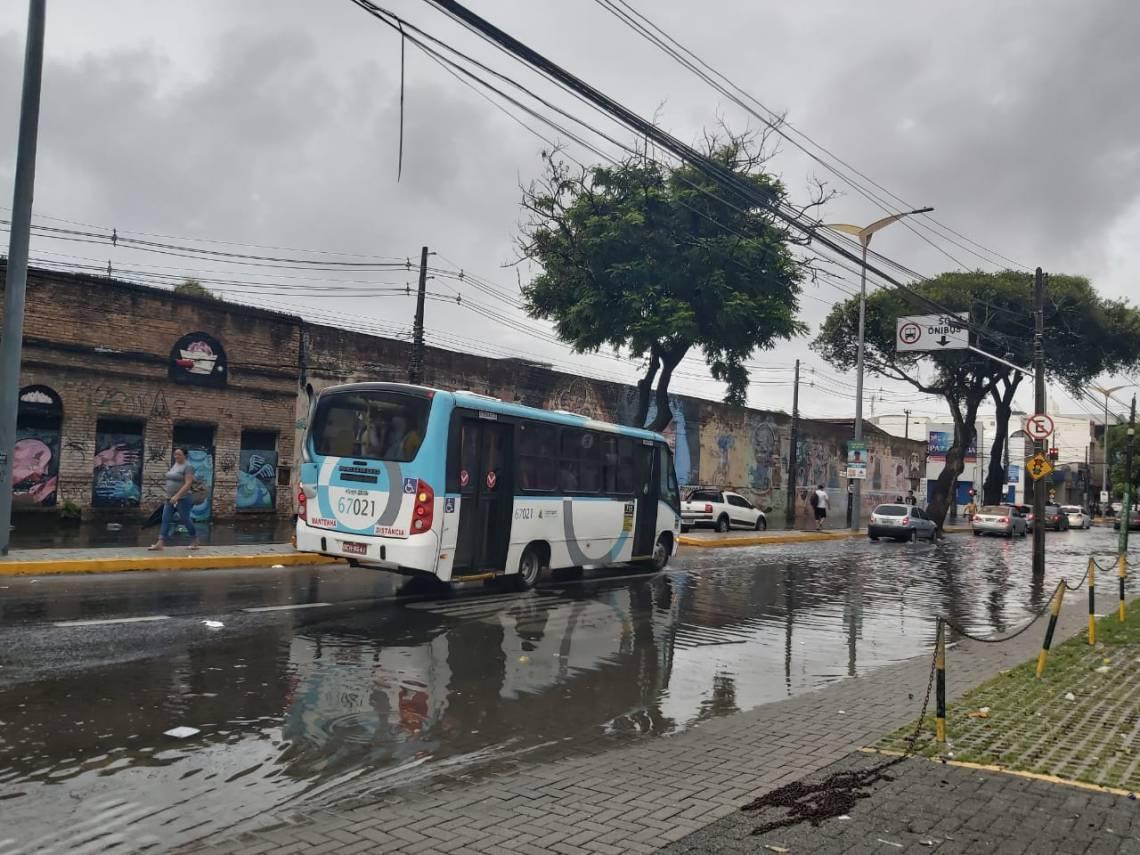 Faixa exclusiva de ônibus da avenida Duque de Caxias atrapalhou o trânsito no local.