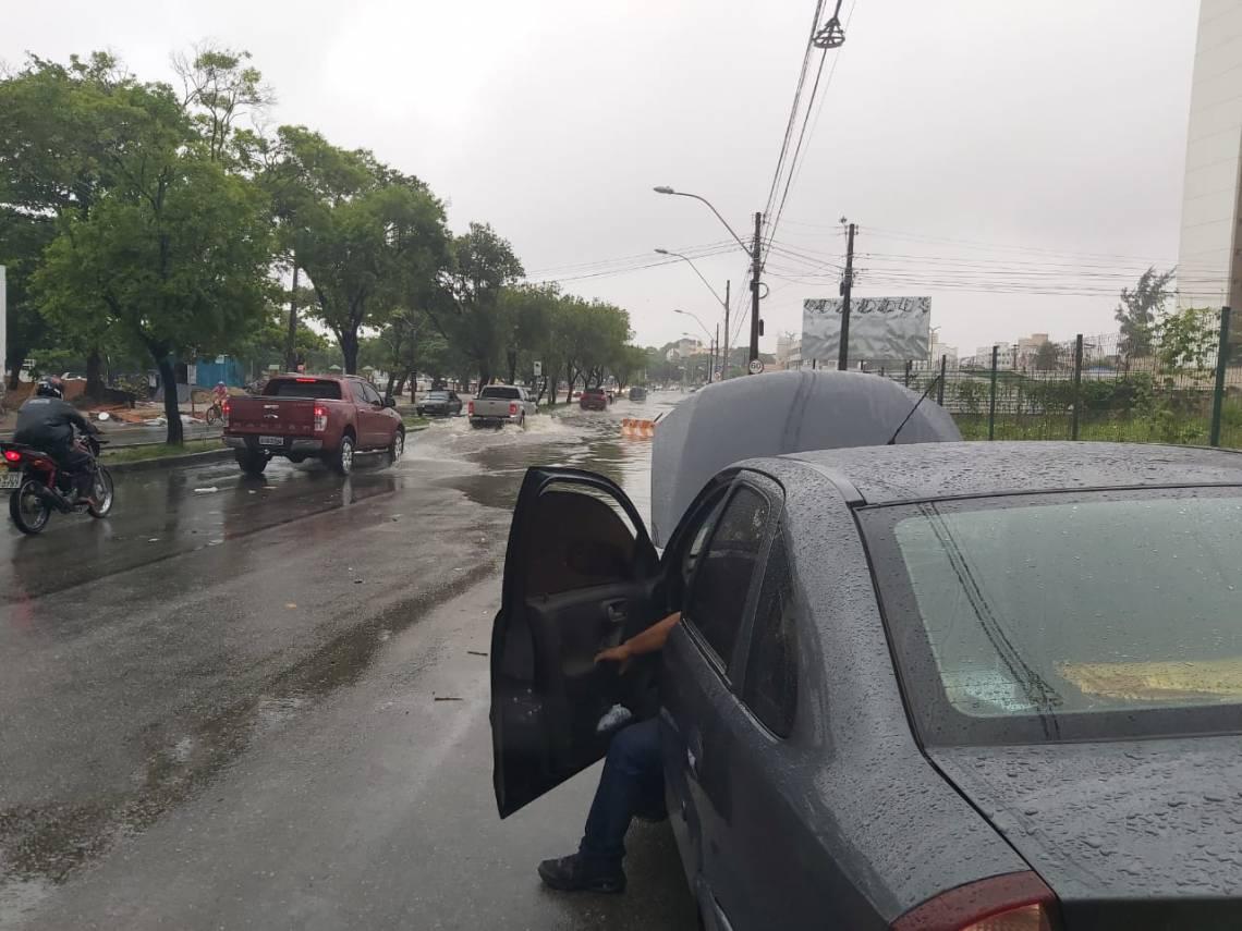 Carro de Roberta empacou na avenida Américo Barreira e rua Augusto Araújo