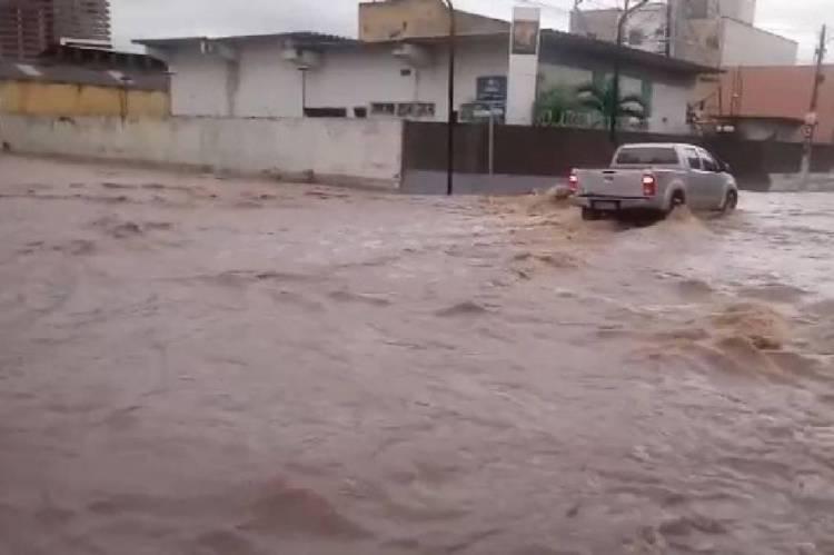 Chuva provoca alagamento na rua Tristão Gonçalves no centro do município de Crato