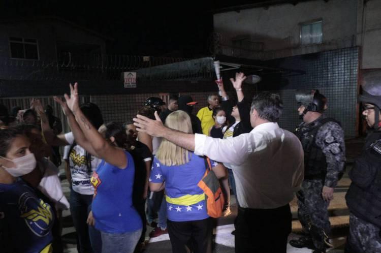 Policiais militares, bombeiros e familiares protestam no 18º Batalhão de Polícia Militar (BPM) contra reajuste salarial para a categoria