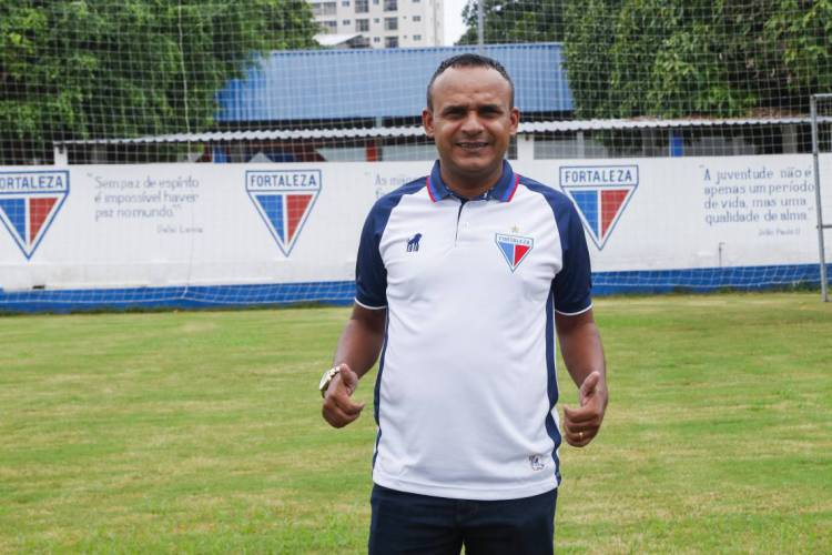 Ex-jogador do Fortaleza, Igor Cearense é o técnico da equipe feminina (Foto: Beatriz Boblitz)