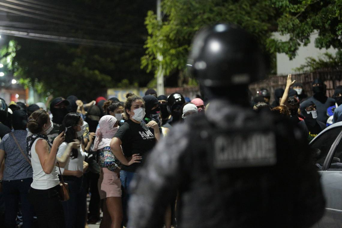 QUARTEL do 18º Batalhão da PM, no Antônio Bezerra, foi bloqueado por esposas de militares