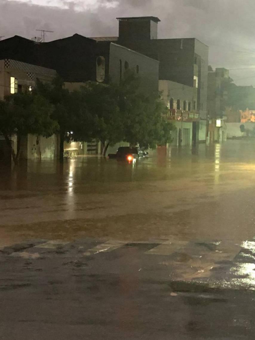 Inundação deixa carro submerso no Crato