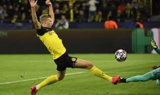 Haalanda se estica para fazer o primeiro gol do Borussia Dortmund contra o PSG