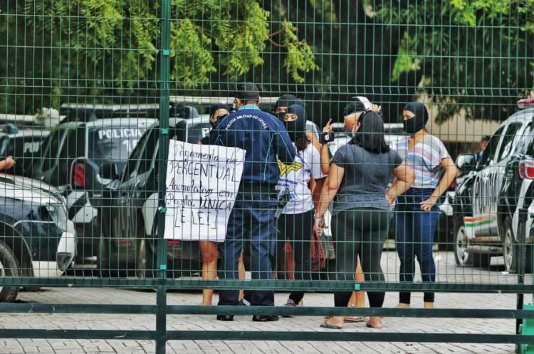 Companheiras de policiais ocupam 16º Batalhão de Polícia Militar, na Messejana