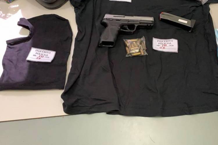 Foram apreendidas uma pistola calibre 40, sem registro em seu nome, com 16 munições, uma balaclava, uma blusa preta e um capacete.