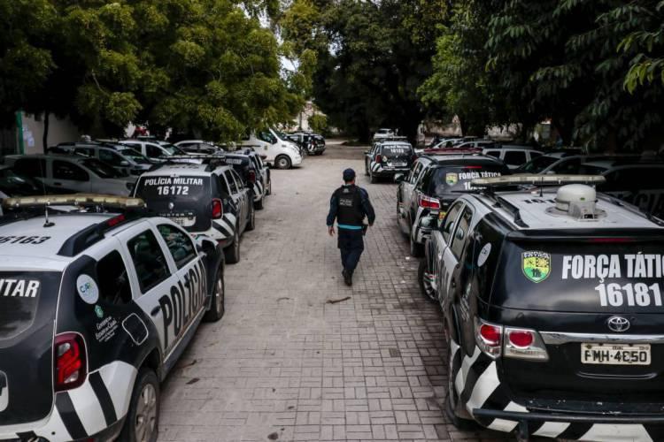 Carros parados durante motim da Polícia Militar em fevereiro (Foto: Aurelio Alves/ O POVO)