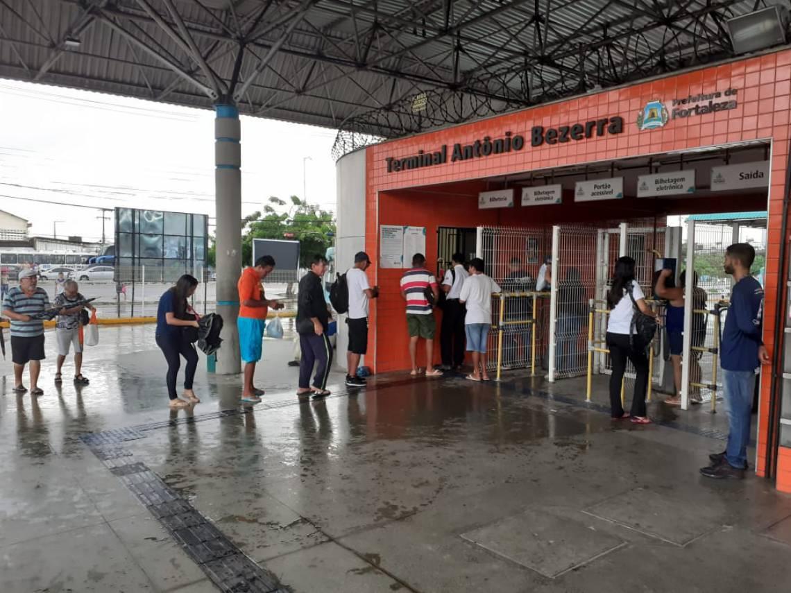 Terminal do Antônio Bezerra tem suas tradicionais filas nesta manhã