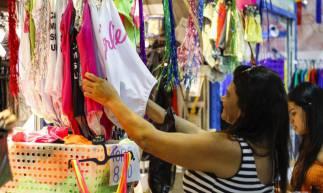 FORTALEZA, CE, Brasil. 20.02.2020: Reportagem sobre o impacto do carnaval na economia. Lojas no Centro Fashion. (Foto: Deísa Garcêz / Especial para O Povo)