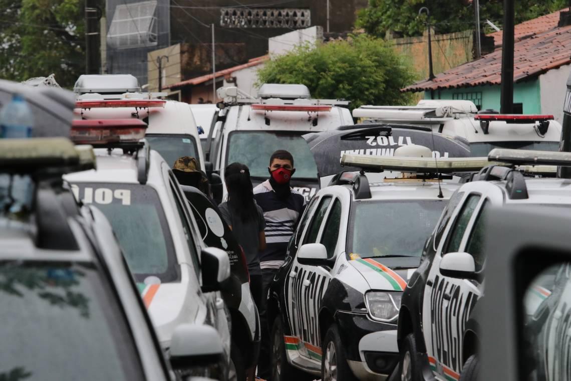 Policiais militares amotinados no 18º batalhão militar no bairro Antonio Bezerra, em fevereiro de 2020