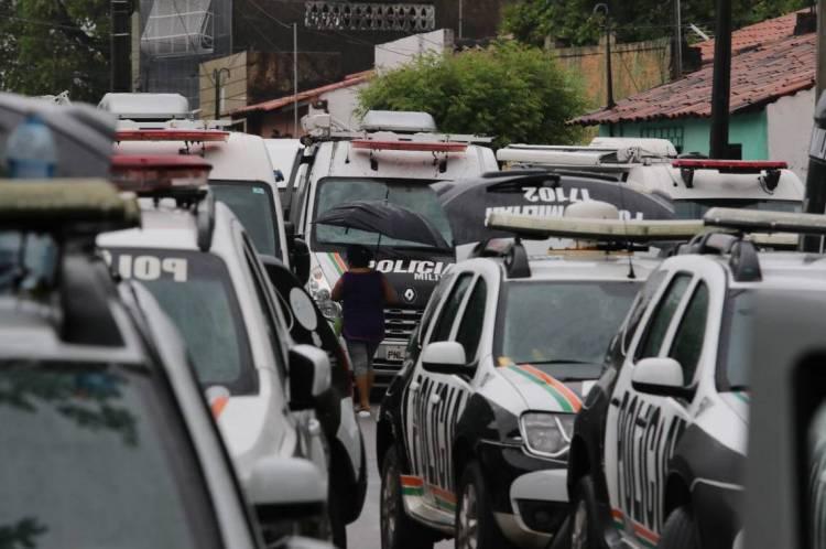 Policiais amotinados no 18º Batalhão Militar no bairro Antonio Bezerra