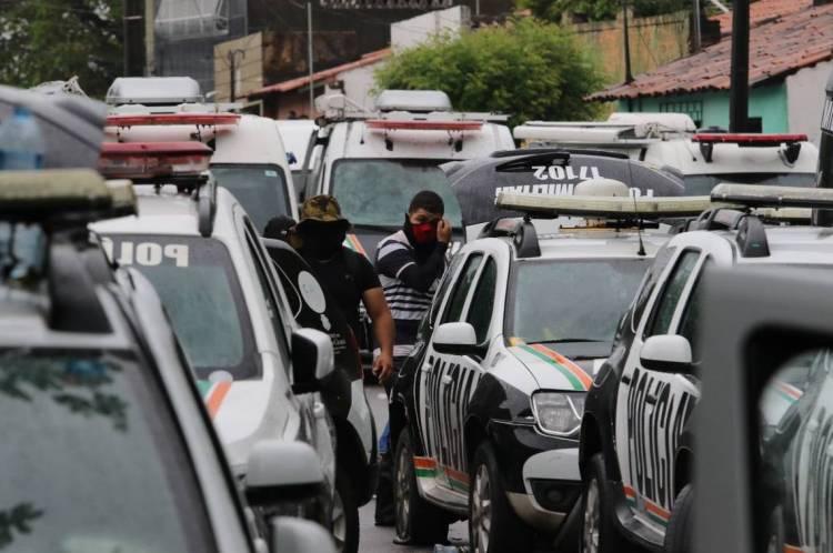 Policiais no 18º batalhão militar no bairro Antonio Bezerra