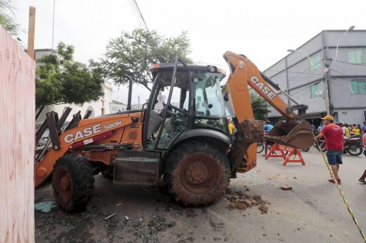 Retroescavadeira utilizada pelo senador licenciado Cid Gomes para tentar tirar policiais do Batalhão de Polícia Militar de Sobral