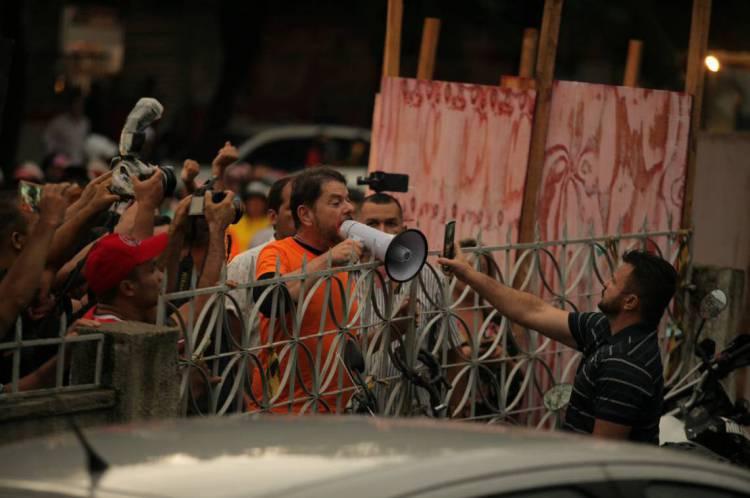Sargento Ailton (a direita) foi acusado de articular motim de PMs que terminou em conflito com Cid Gomes