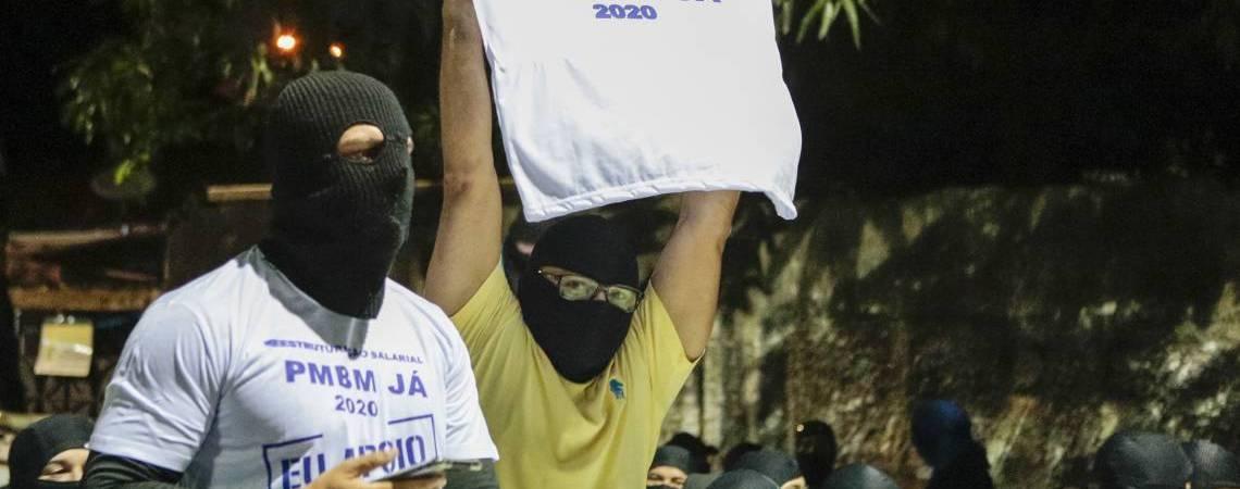 Policiais amotinados com balaclavas para esconder o rosto.
