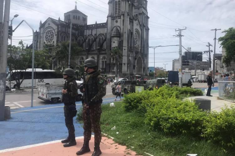 Exército patrulhando em frente à Catedral de Fortaleza, no Centro