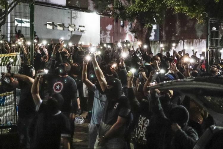 Protestos de PMs por melhores condições salariais foram realizados em Fortaleza, na Região Metropolitana e em cidades do Interior. A foto mostra dezenas de policiais durante motim no 18º Batalhão, na Capital (Foto: FCO FONTENELE/O POVO)