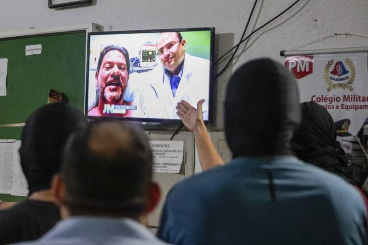 Durante paralisação, policiais assistiram vídeo gravado por Cid Gomes ao se recuperar dos tiros no hospital (Foto: 21 09:30:21)