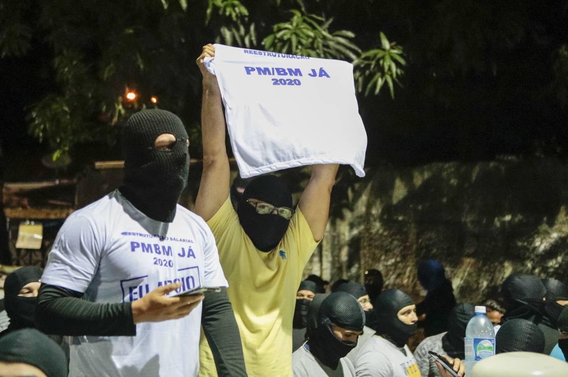 Manifestação de policiais amotinados com balaclavas para esconder o rosto