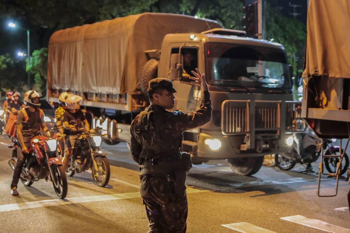 FORTALEZA, CE, BRASIL, 21-02-2020: Comboio de CaminhÅ.es do Exercito, com soldados, chega ao 23BC (Avenida 13 de Maio) pra reforça a cidade. (Foto: Aurelio Alves/O POVO)..