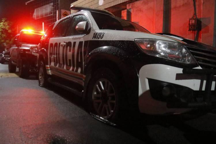 Jovem é baleado após abordagem da Polícia Miliar, no bairro Jangurussu, em Fortaleza (Foto: BÁRBARA MOIRA)