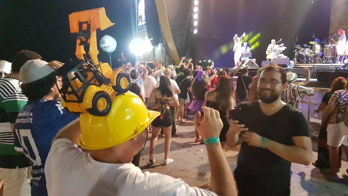 Fantasia de retroescavadeira durante show da Mart'nália
