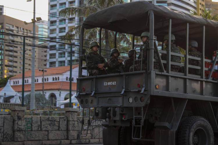 FORTALEZA - CE, BRASIL, 23-02-2020: Caminhões do exército transitando na orla no 3° dia de carnaval.  (Foto: Beatriz Boblitz / O Povo).