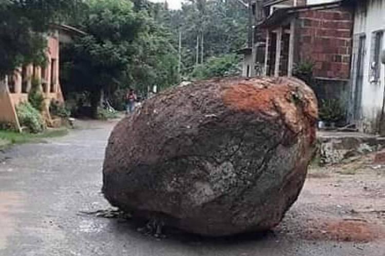 Pedra deslizou de morro