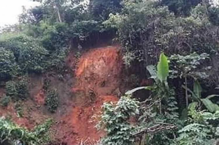 Pedra caiu de morro localizado na saída do município