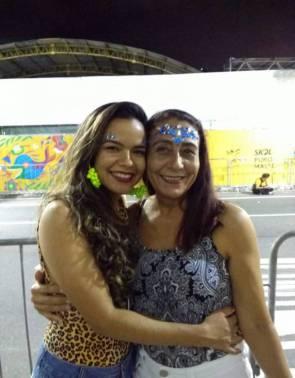 Sha e Catherine Nóbrega, mãe e filha, curtindo o Carnaval de 2020, assistindo aos desfiles na avenida Domingos Olímpio, nesta segunda-feira, 24