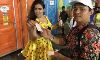 Ambulante diz que fatura mil reais por dia com venda de papel higiênico no Carnaval 2020 no Recife e em Olinda