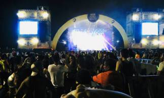 FORTALEZA, CE, BRASIL, 25-02-2020: Banda Dubaile anima os folioes no Aterro da Praia de Iracema (Foto: Thais Mesquita/O POVO)