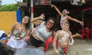 FORTALEZA - CE, BRASIL, 24-02-2020: 4º dia de carnaval na Prainha em Aquiraz. Mela mela.  (Foto: Beatriz Boblitz / O Povo).