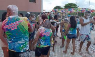 Mesmo com carnaval oficial cancelado, foliões lotam praça principal de Paracuru