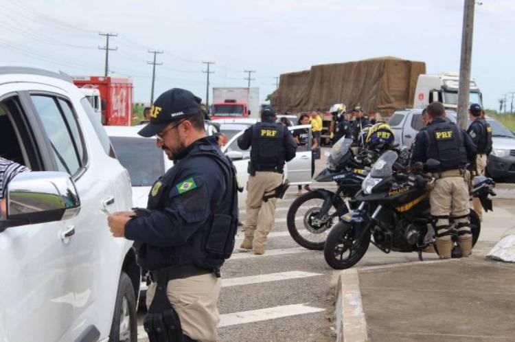 Agentes da PRF fiscalizam veículos no Carnaval