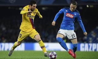 Messi e Zielinski disputam a bola no Estádio San Paolo
